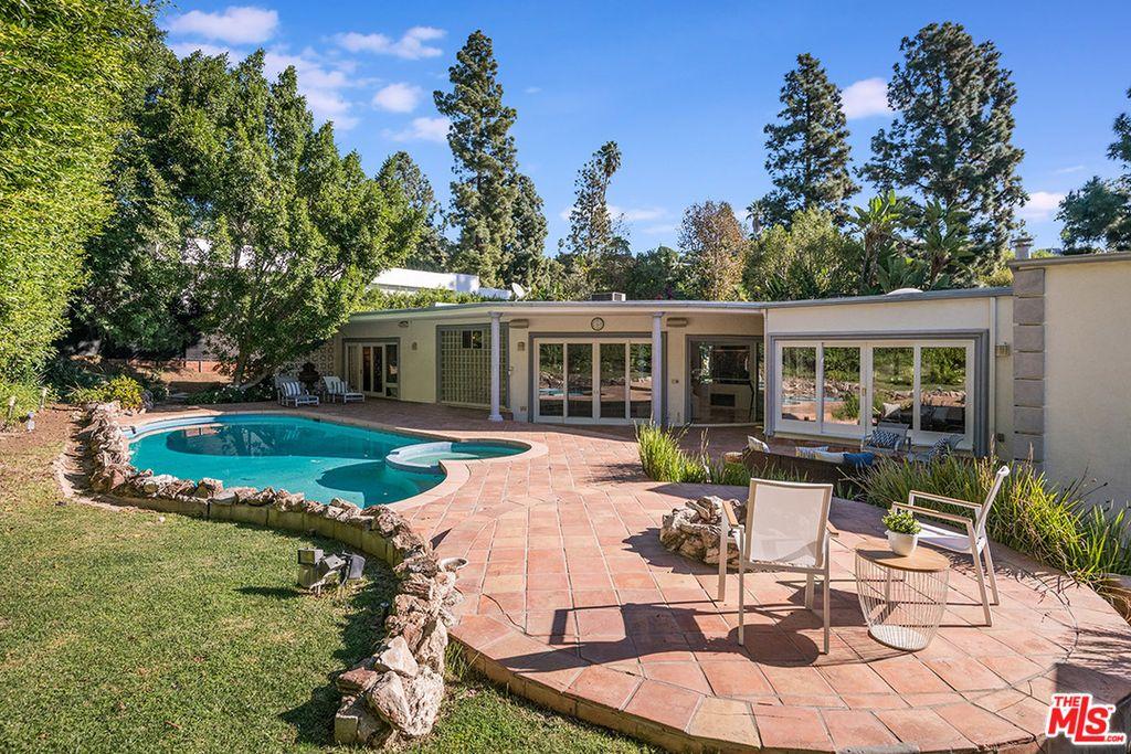 1043 Loma Vista Dr Beverly Hills, CA 90210